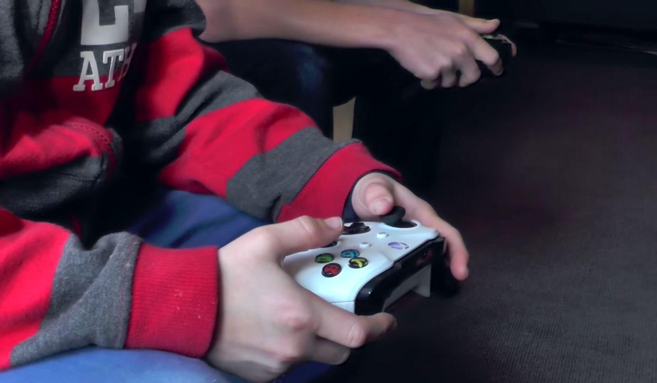 Bambino gioca Xbox