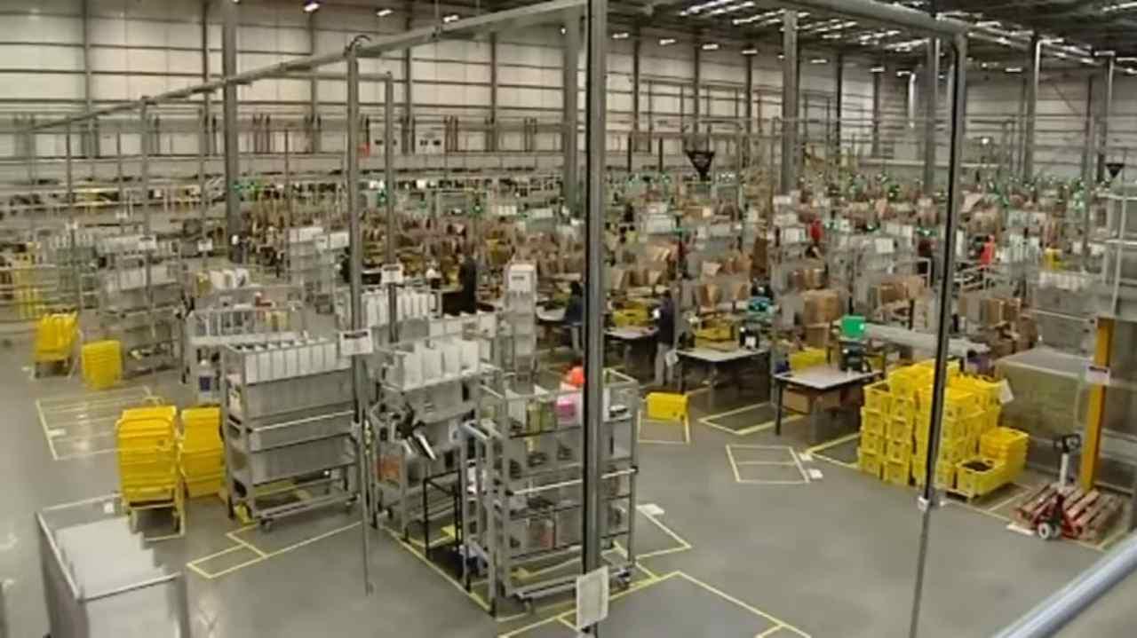 Bezos, Amazon non tratta i lavoratori come robot ma silenzio sulle bottiglie