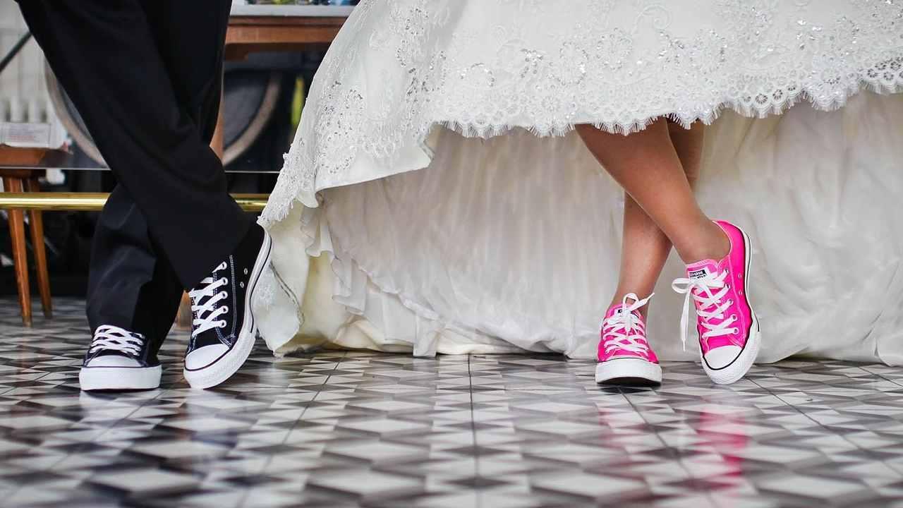 Cameriera inzuppa la futura suocera e la sposa ringrazia con una super mancia