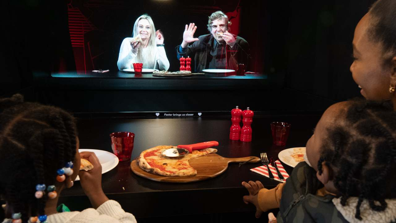 Vi sentite soli? Prenotate nella pizzeria con gli ologrammi firmata VirginMedia