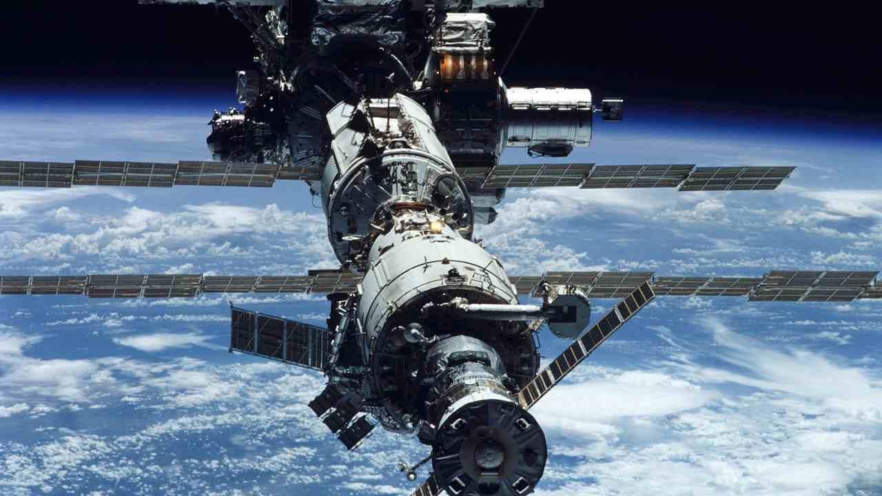 La Cina lancia nello spazio il robot spazzino che brucia i detriti