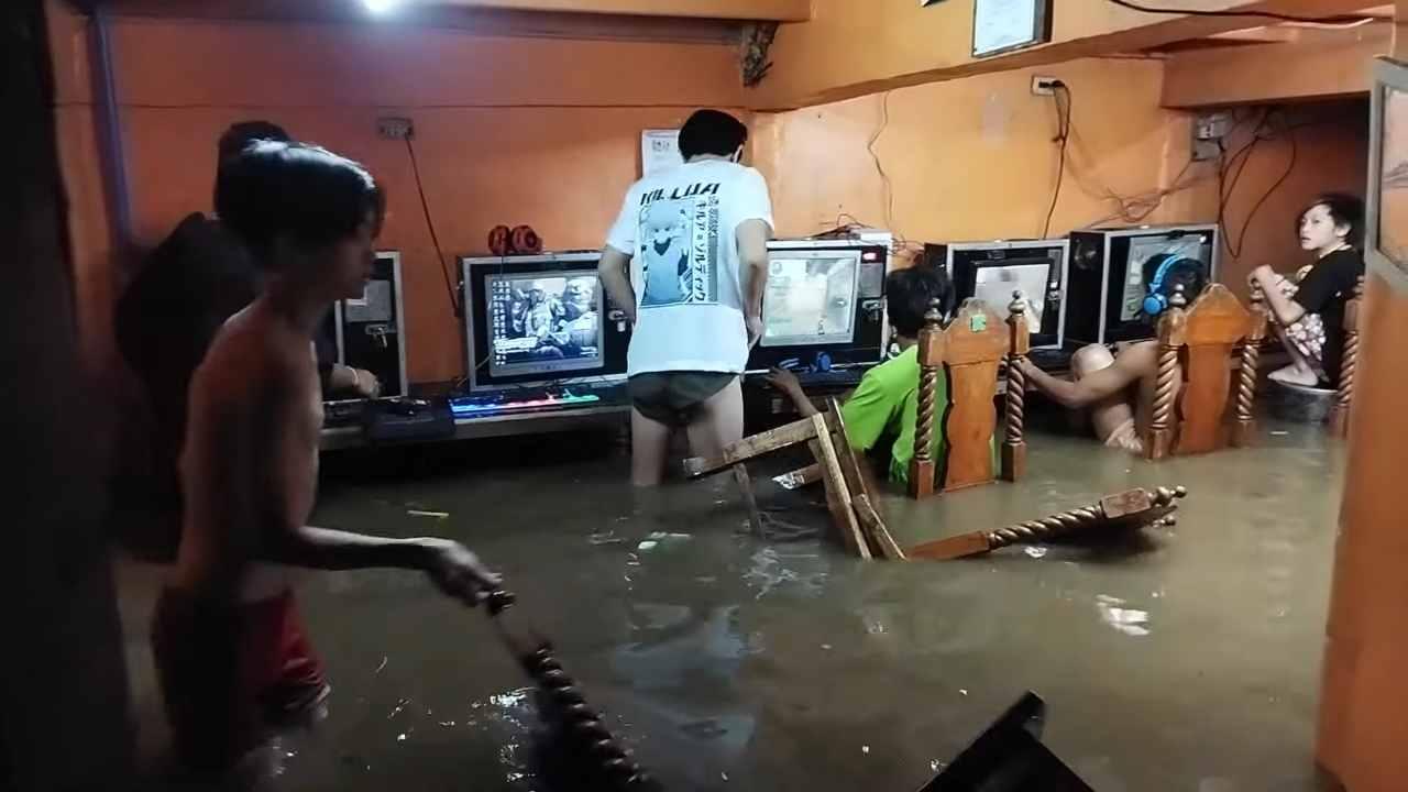 Stanza si allaga ma loro continuano a giocare online - VIDEO