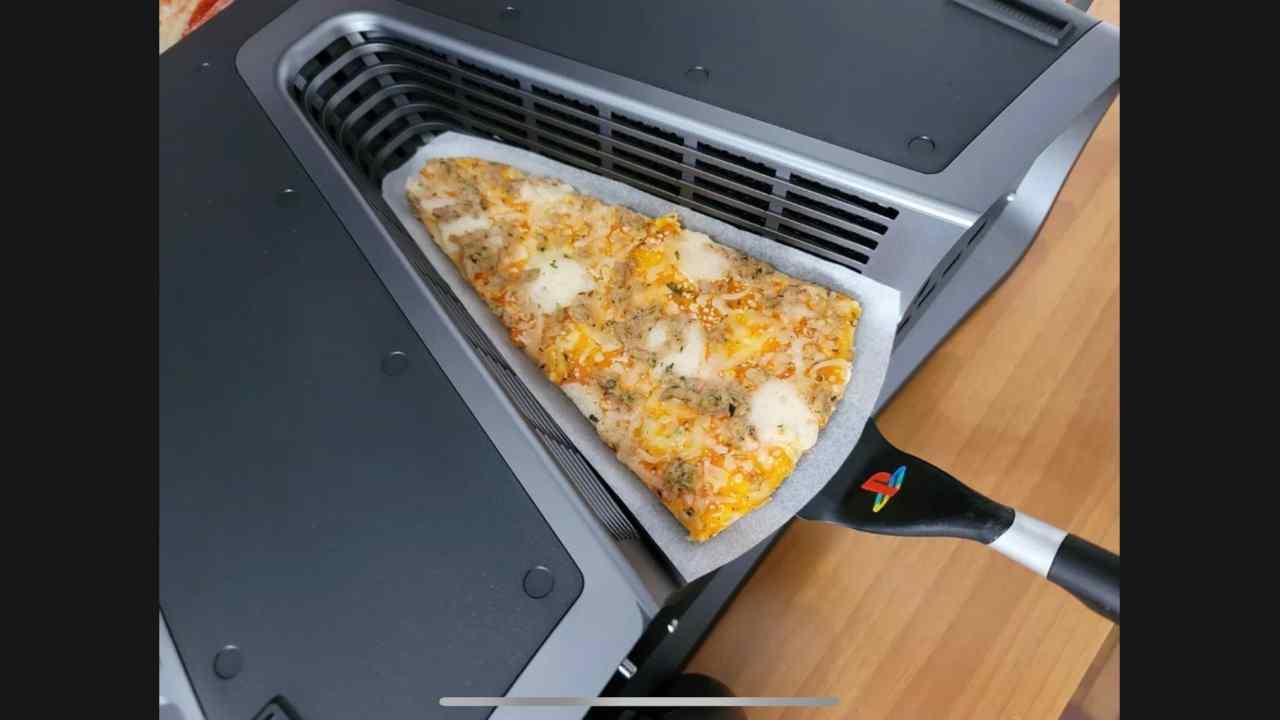 Italiano vende devkit PS5 con pizza, l'asta è folle